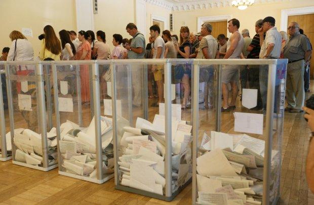 Харьковчанин проголосовал странным способом: спрятал за пазухой и дал деру, - детали скандала