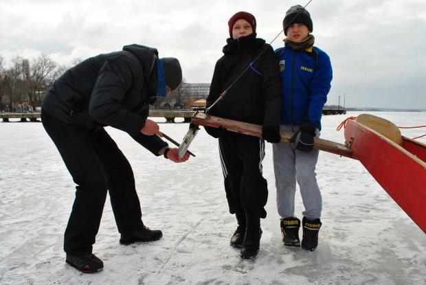 Герои дня: в Николаеве школьники, рискуя жизнью, спасли малышей из смертельной ловушки