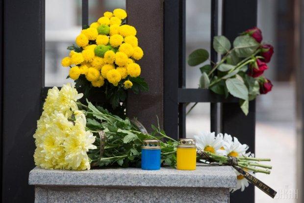 Жуткое убийство в Харькове: люди массово несут цветы и игрушки к месту смерти 14-летней девушки