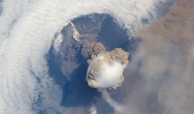 Одновременно три вулкана начали извергатся в Индонезии