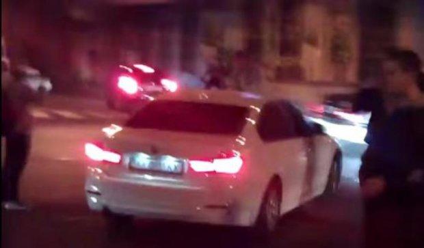 Порушниця на BMW покатала харків'янина на капоті (відео)