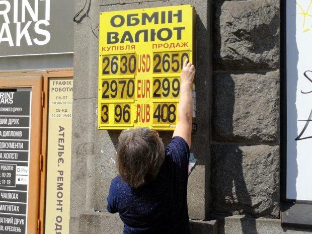 Курс валют на 29 июня: гривна из последних сил держится на плаву