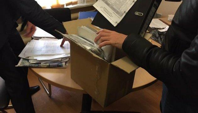 Рубил тысячи на гастролерах Путина: под Франковском накрыли торговца визами, штамповал паспорта пачками