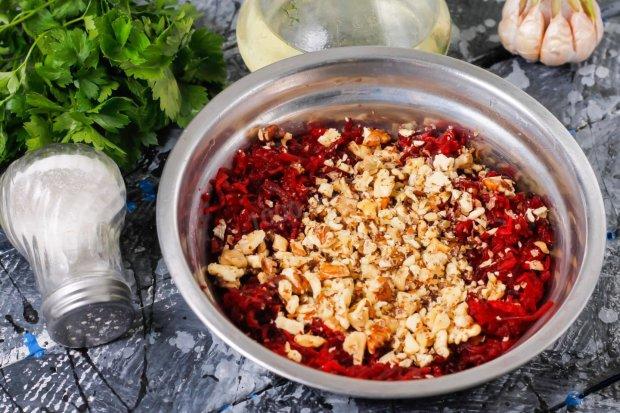 Свекла с чесноком и грецкими орехами: вкусный рецепт полезной закуски