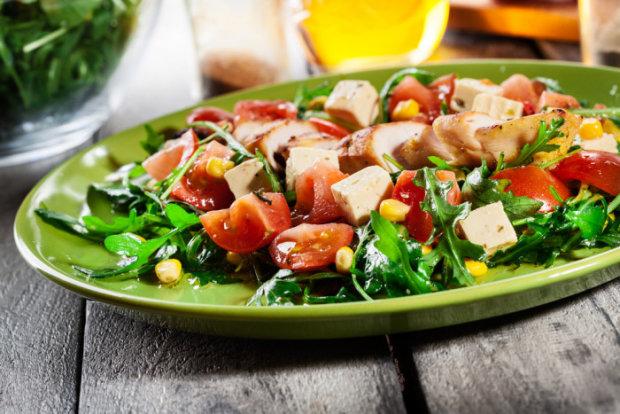 Идеальный рецепт для тех, кто следит за фигурой: салат с тофу и овощами