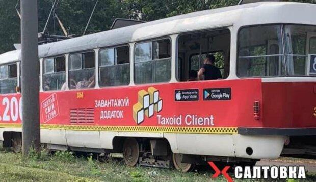 """У Харкові кондуктор вибив вікно трамвая """"занадто розумним"""" пасажиром"""