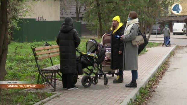 """Мами на дорозі: тернополянки з візочками поставили """"двійку"""" дорогам Шмигаля"""