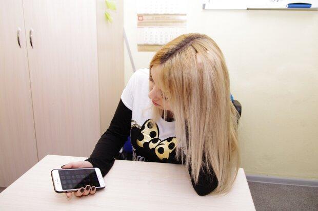 """""""Сбербанк"""" розвів клієнтку на інтимні фото, вимагає 100 тисяч: дівчина пішла на крайнощі"""