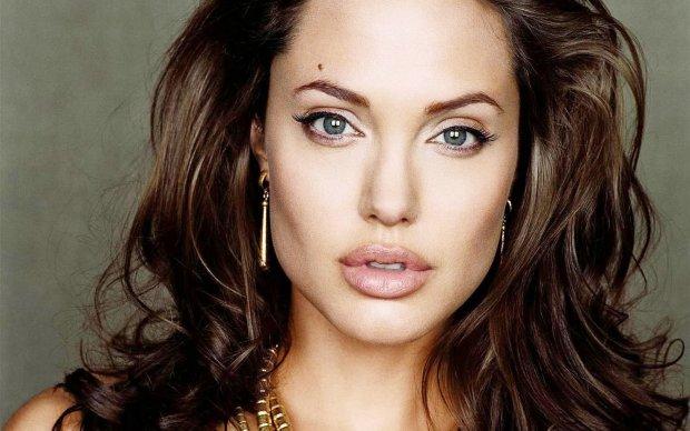 Эффектный выход Джоли за покупками чуть не свернул шеи встречным мужчинам: одежда не скрыла соблазнительных форм звезды