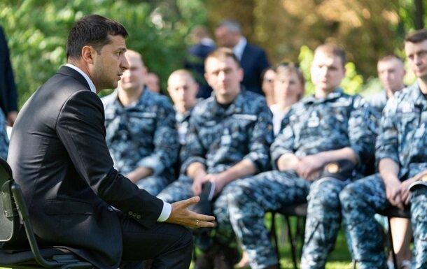 Всем - по квартире: Зеленский наградил в Одессе освобожденных моряков