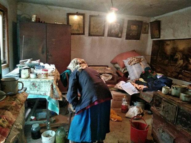 """Под Франковском дом пенсионерки разрушило наводнение, одинокая бабушка рыдает и умоляет о помощи: """"Замерзну зимой!"""""""