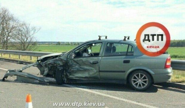"""На Київщині """"Опель"""" протаранив вантажівку, є постраждалі"""