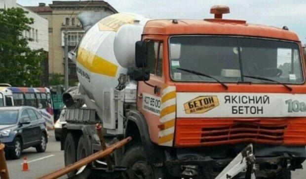 В центре Киева бетоновоз врезался в отбойник