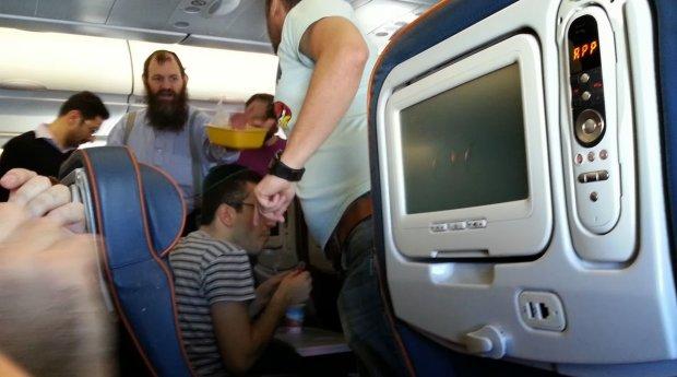 Пьяная украинка напала на иностранных туристов: устроила дебош на борту самолета