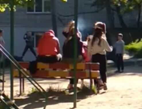 У Львові на дитячому майданчику засікли п'яних підлітків з пивом і цигарками - це веселіше, ніж школа