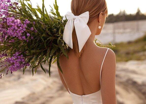 """Невесту высмеяли из-за нелепой детали на свадебном платье: """"Букет ей в задницу..."""""""