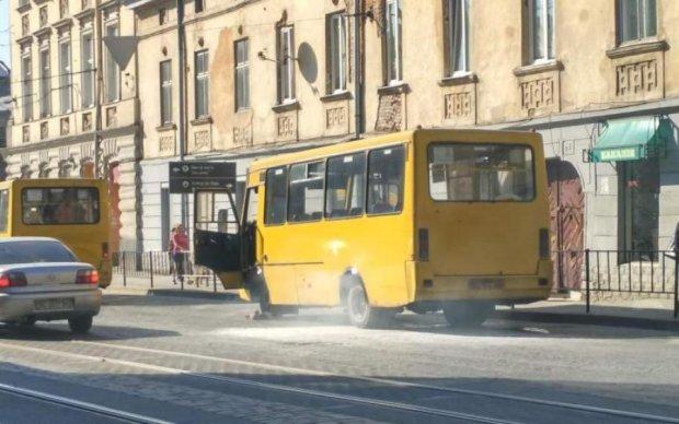В Киеве на ходу взорвалась маршрутка, есть пострадавшие
