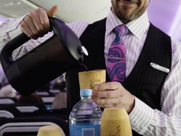 Очищення звалищ: авіакомпанія пропонує пасажирам закусити каву стаканчиками