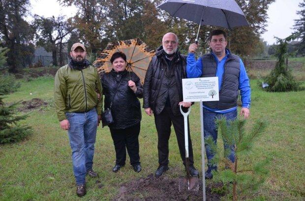 Команда ВГО АППУ з Гріголом Катамадзе висадила в Ботанічному саду 100 дерев