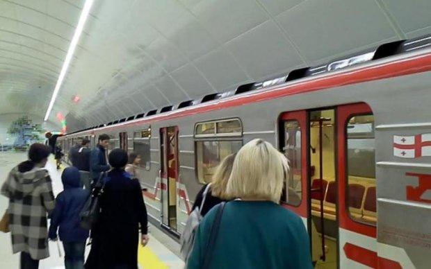 В метро потолок рухнул на пассажиров: видео
