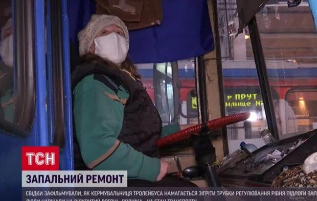 """В Черновцах водительница зажгла факел в троллейбусе, пассажиры обалдели: """"Нам выйти?"""""""
