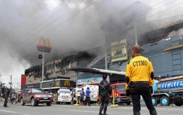 Спалахнув, як факел: моторошна пожежа поглинула популярний торговий центр