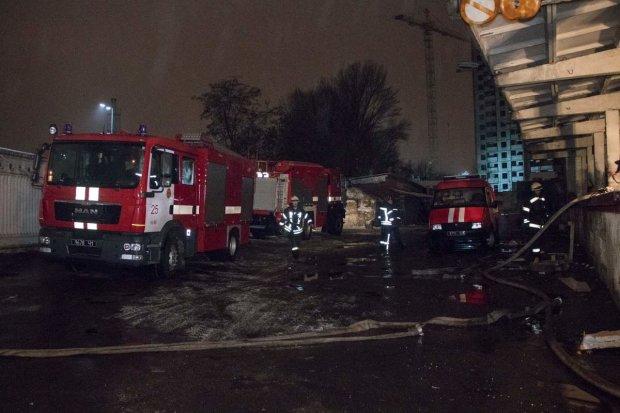Пожар в Лавре становится все сильней: спасатели не могут совладать с огненной стихией