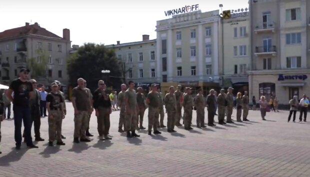 """Тернопіль вийшов на Марш Захисників - військові з прапорами і жінки з квітами: """"З днем народження, рідненька!"""""""