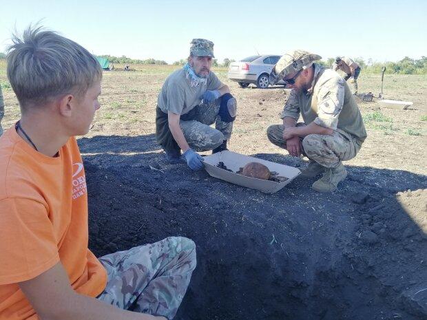 На Харьковщину раскопали братскую могилу