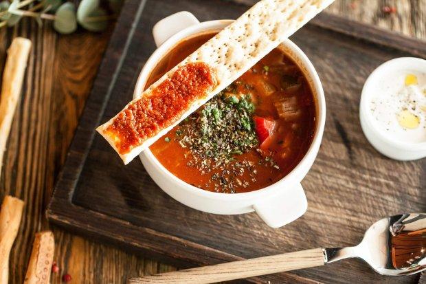 Гуляш з копченими ковбасками, квасолею і болгарським перцем: покроковий рецепт