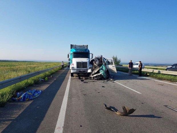 Пекельна ДТП: вантажіва розтрощила автобуса, гори трупів
