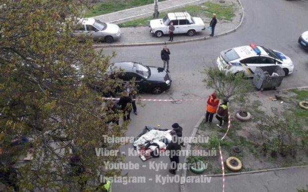 Жуткое убийство в Киеве: окровавленное тело тащили пять этажей