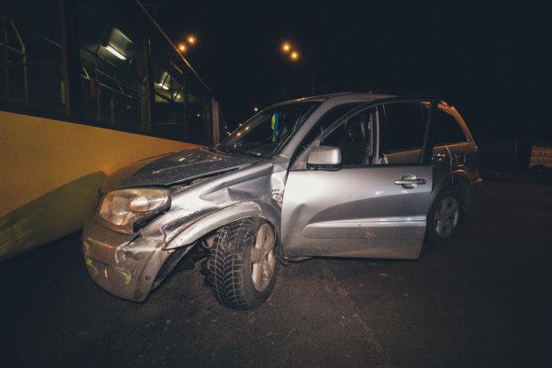 Інсульт на величезній швидкості: у Києві позашляховик протаранив тролейбус