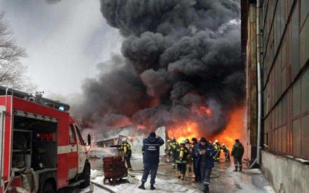 На Харьковщине вспыхнул масштабный пожар: есть пострадавшие