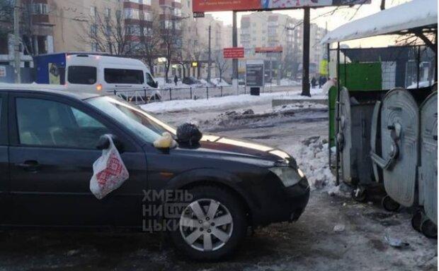 В Хмельницком эпично наказали оленя парковки: навалили кучу на капоте