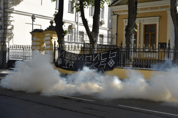 Резиденцію Кирила закидали димовими шашками