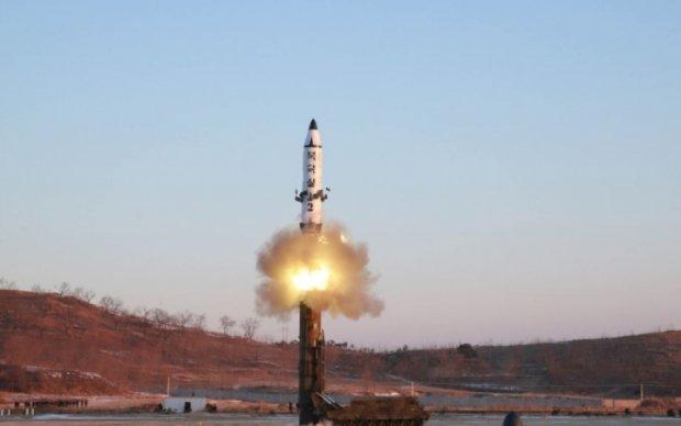 Игра на нервах: КНДР снова запустила баллистическую ракету