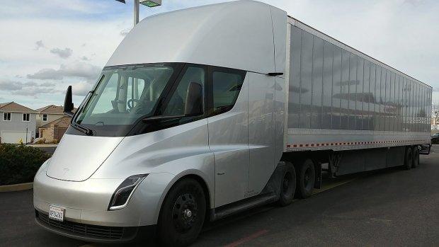 Электрогрузовик Tesla Semi заметили на трассах США— Hi-Tech Mail.Ru