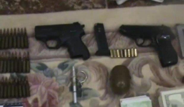 Вдома у медиків-корупціонерів знайшли зброю і гори золота