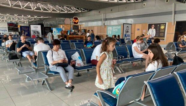 """Украинка откровенно высказалась о """"безопасности"""" харьковского аэропорта: """"Забили на карантин!"""""""