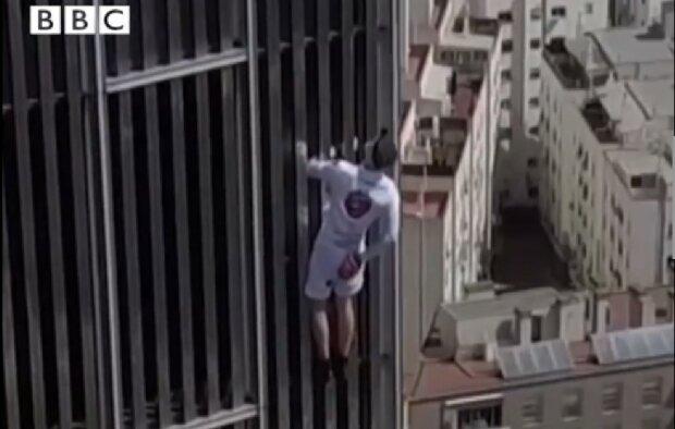 """Парень вскарабкался на 116-метровый небоскреб без страховки: """"Глупо и впечатляюще"""""""