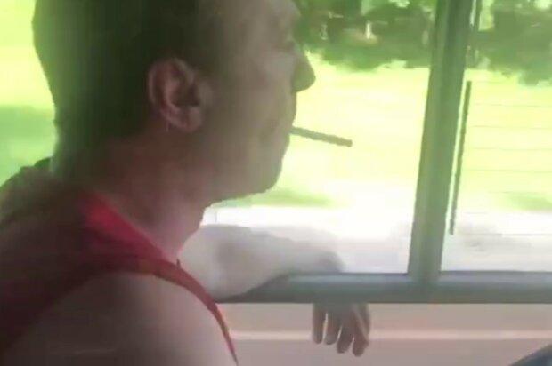 """Маршрутчик закурил за рулем и послал недовольного пассажира: """"Переиграл и уничтожил"""""""