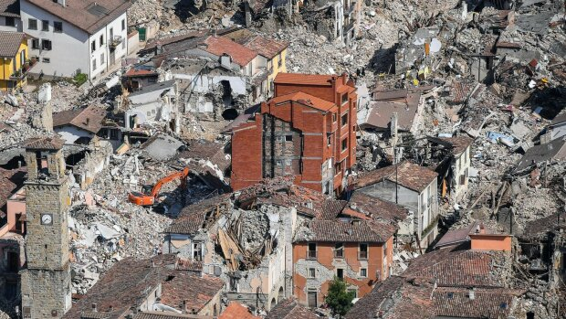 Стамбул рушится на глазах после мощного землетрясения: людей выводят на улицы