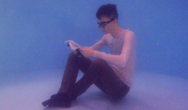 Чеський студент читає  книжки навіть під водою (фото)
