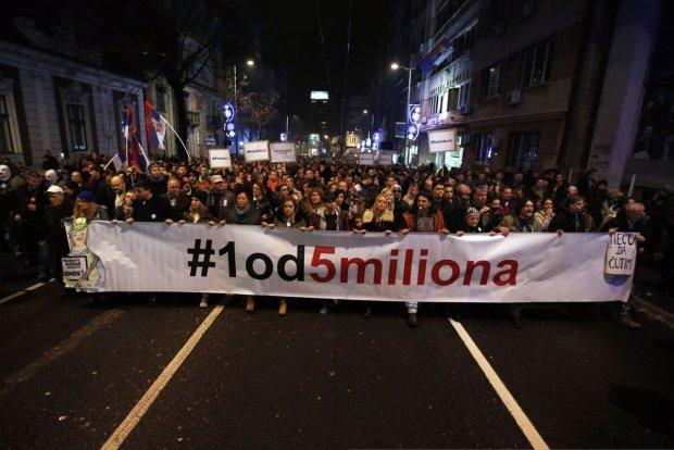 Тысячи разъяренных демонстрантов требуют отставки президента: вор и самодержавец
