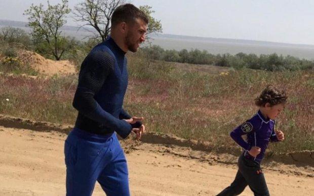 Ломаченко тренируется вместе с маленьким сыном