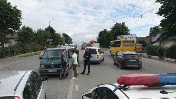"""Чиновник и помощник депутата решили """"побыковать"""" на оживленной трассе в Тернополе: драчунов разнимала полиция"""