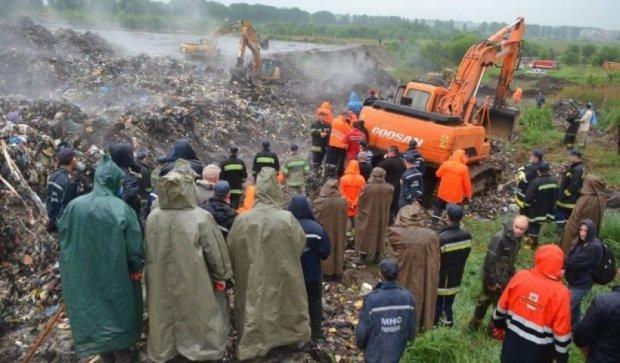 На Львовщине спасатели возобновили поиски пропавшего под мусором коммунальщика на Грибовичской полигоне