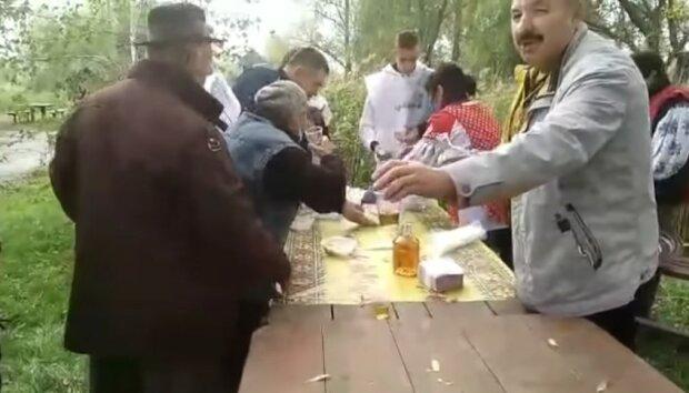 """Кандидат в депутаты напоил выборцев самогоном: """"За мандат!"""""""