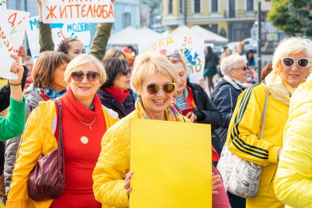 """Київ """"обложили"""" гламурні бабусі і дідусі-хіпстери: перший в світі парад життєлюбів пройшов на """"ура"""", фото, відео"""